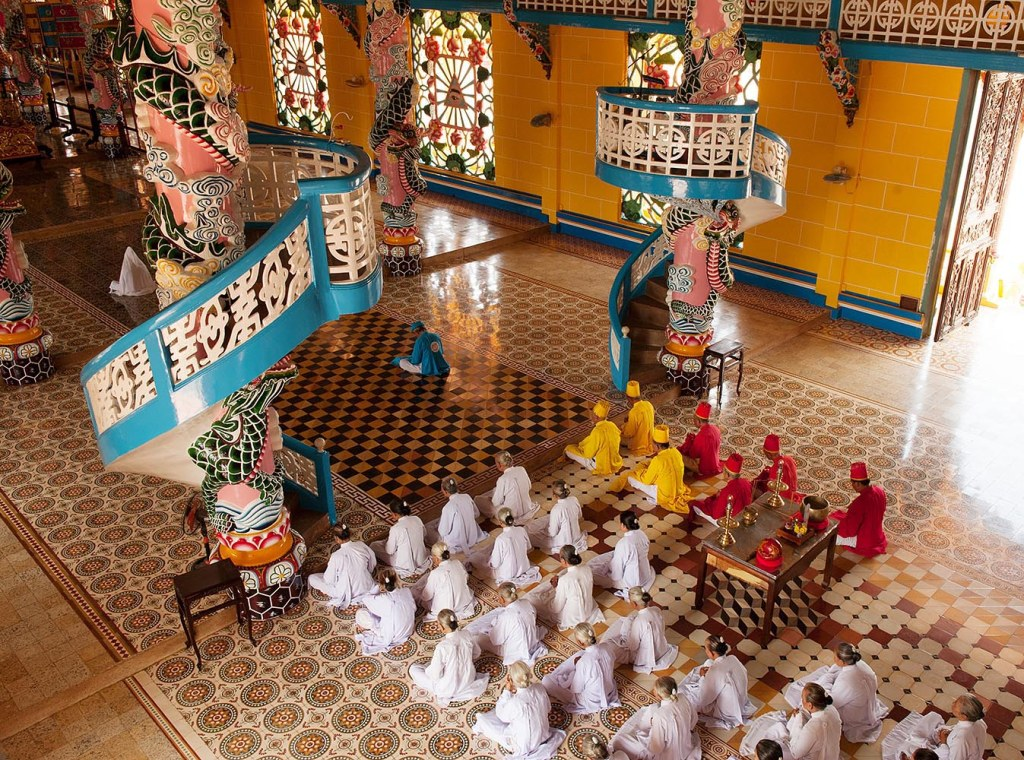 Beginning of noon ceremony at Cao Dai Holy See Temple