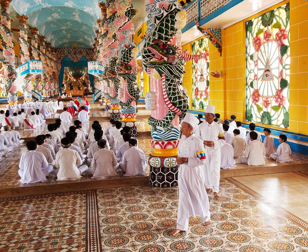 Final moments during the noon ceremony at Cao Dai Holy See Temple